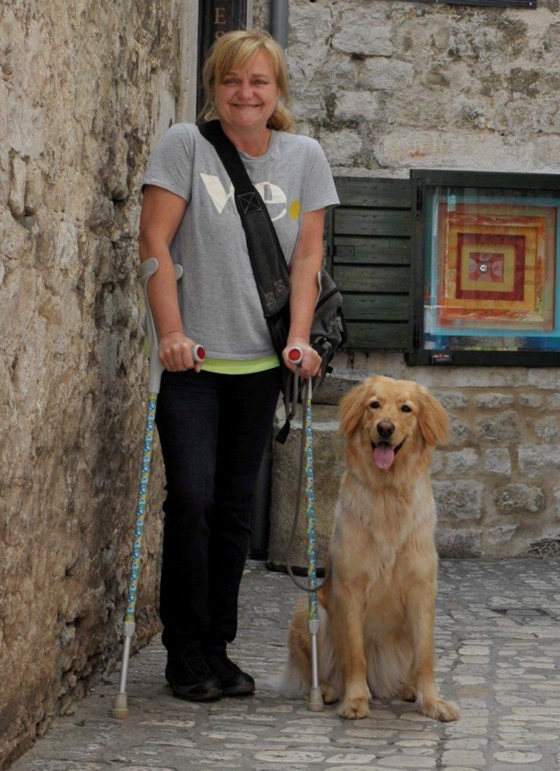 Kroatien Stadtbummel Marion mit Krücken